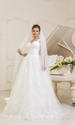 Нежное свадебное платье «принцесса» для полных. Платье с кружевной юбкой и глянцевым поясом на талии.