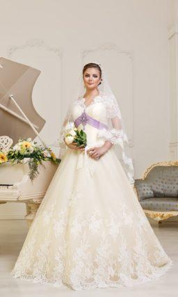 Свадебное платье «принцесса» для полных. Платье цвета слоновой кости с широким лиловым поясом.