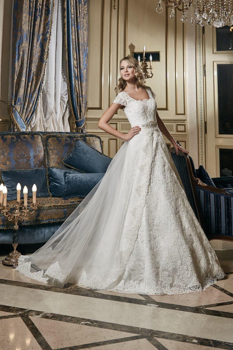 Свадебное платье «принцесса» с широкими кружевными бретелями и полупрозрачным верхом юбки.