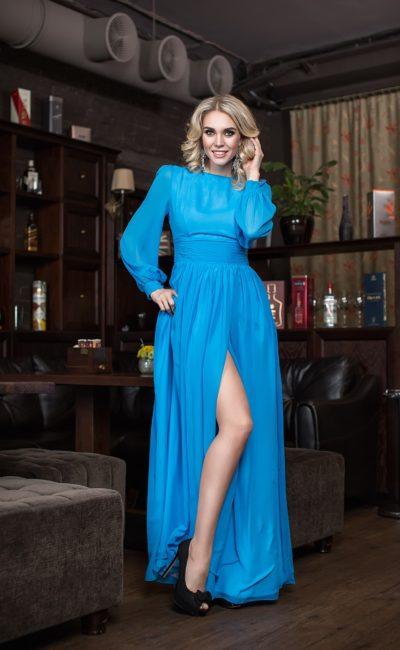 Голубое платье с широким рукавом