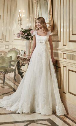 Свадебное платье «принцесса» с выделенной узким атласным поясом завышенной талией.