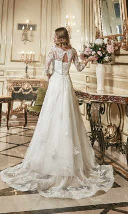 Роскошное свадебное платье с длинным кружевным шлейфом и широким поясом.