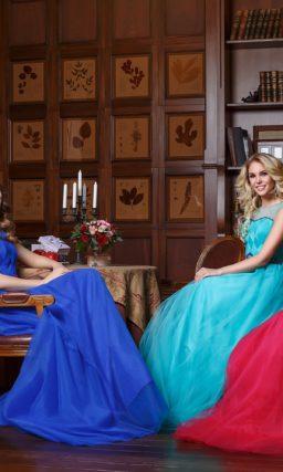 Вечернее платье с многослойной юбкой из тонкой ткани и открытым корсетом.