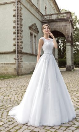 Закрытое свадебное платье силуэта «принцесса» с круглым вырезом и ажурной спинкой.