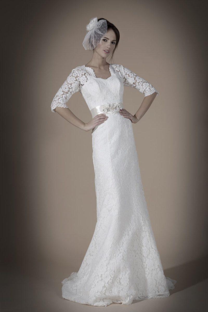 Прямое свадебное платье с широким атласным поясом и ажурными рукавами до локтя.