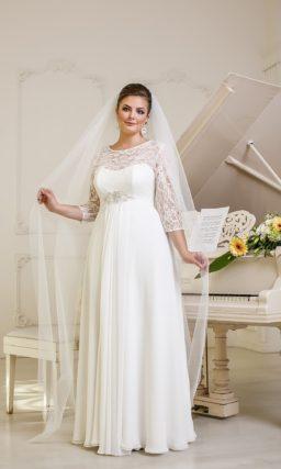 """Прямое свадебное платье для """"полной"""" невесты. Платье с рукавами длиной в три четверти из кружевной ткани."""