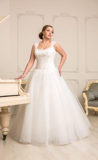 Пышное свадебное платье для полных с матовой юбкой и атласным корсетом с бисерной вышивкой.
