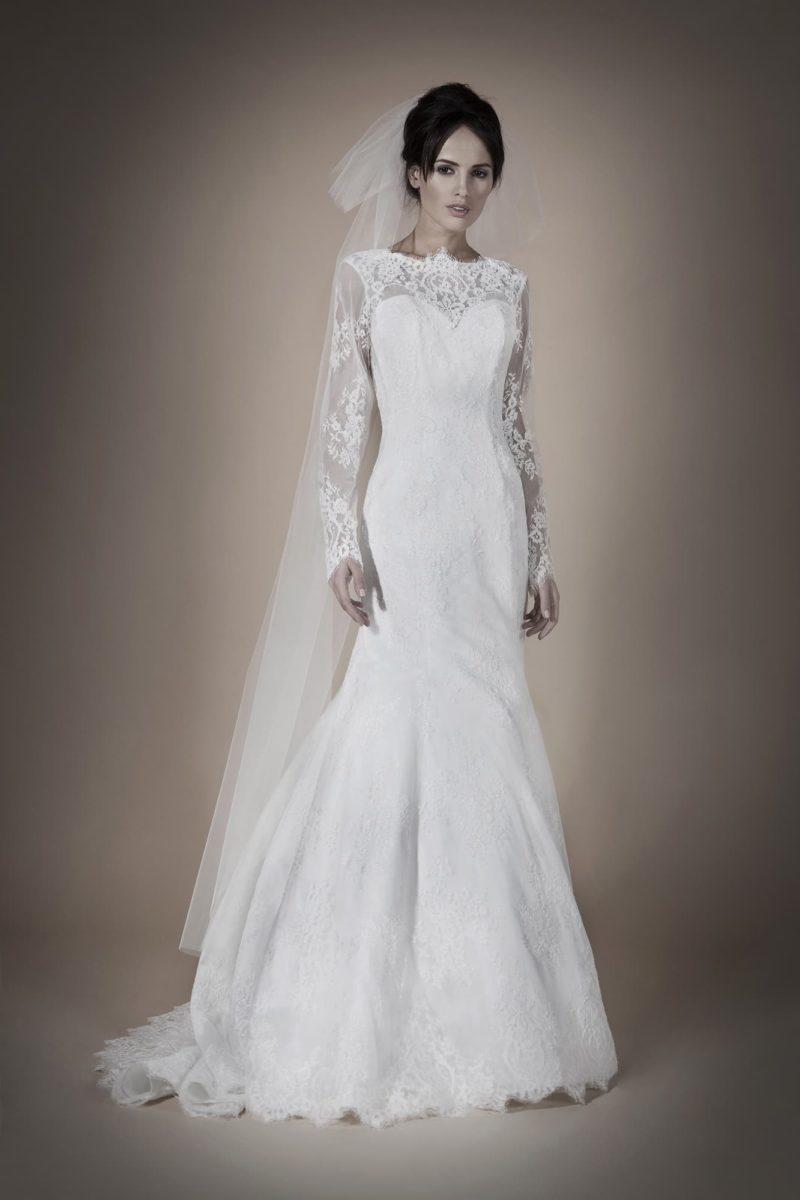 Закрытое свадебное платье силуэта «рыбка» с глубоким V-образным вырезом на спинке.