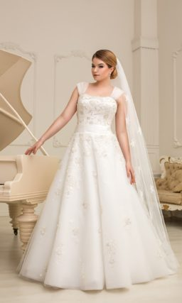 Романтичное свадебное платье для полных силуэта «принцесса» с цветочным узором по всей длине.