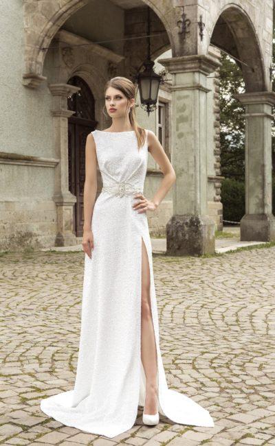 Прямое свадебное платье с портретным декольте и высоким разрезом на юбке.