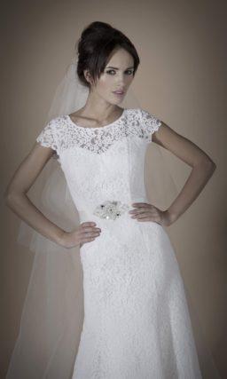 Прямое свадебное платье с элегантным поясом и округлым вырезом с короткими кружевными рукавами.