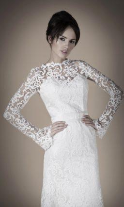 Прямое свадебное платье с длинными рукавами и высоким воротником, полностью покрытое кружевом.