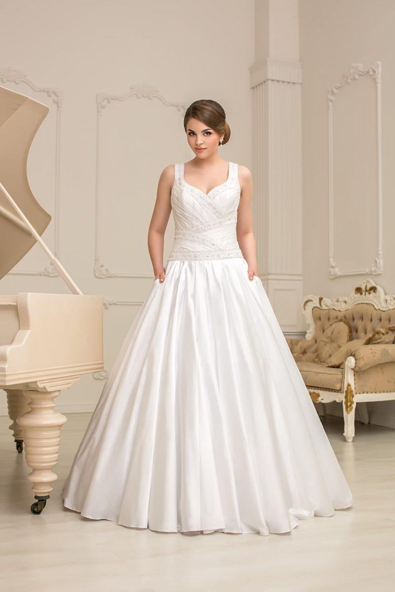 Атласное свадебное платье с силуэтом «принцесса», подчеркнутым драпировками.