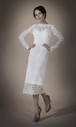 Закрытое свадебное платье прямого силуэта длиной до середины икры, покрытое кружевом.