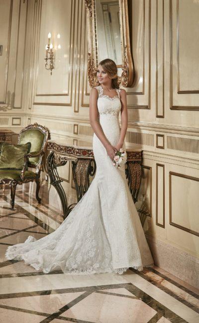 Свадебное платье силуэта «рыбка» с длинным ажурным шлейфом и кружевными бретелями.