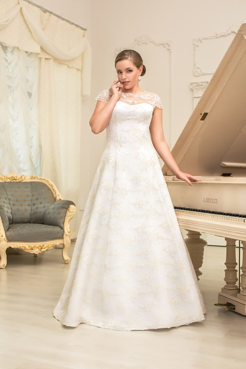 Романтичное свадебное платье для полной фигуры невесты. Платье силуэта «принцесса» с короткими кружевными рукавами.