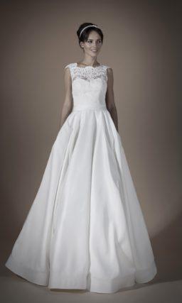 Атласное свадебное платье пышного силуэта с ажурной отделкой открытого корсета и спинки.