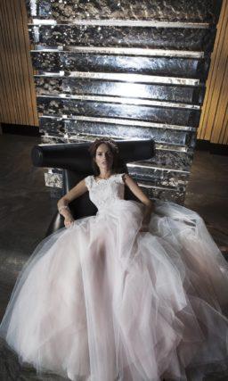 Пышное свадебное платье с кружевным лифом и юбкой пастельного розового цвета.