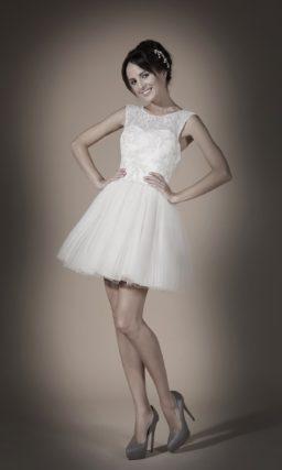 Короткое свадебное платье с многослойной юбкой и вырезом «замочная скважина» сзади.