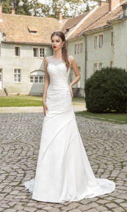 Атласное свадебное платье прямого силуэта с блестящей бисерной вышивкой на лифе.