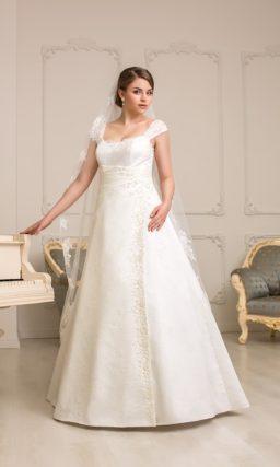 Элегантное свадебное платье для невесты с полной фигурой. Платье «принцесса» с широкими бретелями и атласным поясом на талии.