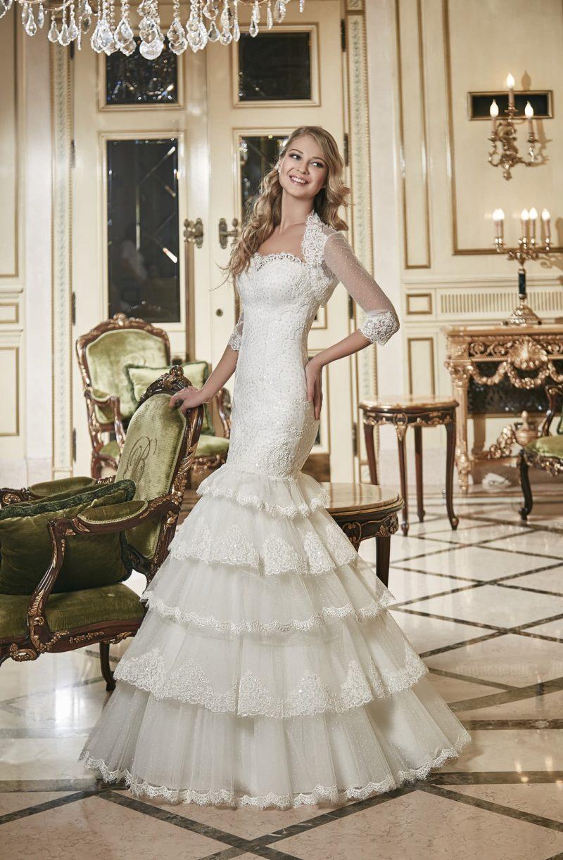 Свадебное платье «рыбка» с декором из нескольких уровней кружевных оборок на юбке.