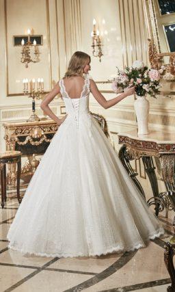 Свадебное платье силуэта «принцесса» с юбкой, полностью расшитой пайетками, и бутоном на плече.