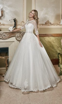 Закрытое свадебное платье с силуэтом «принцесса», украшенное пайетками по всей длине юбки.