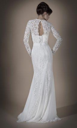 Кружевное свадебное платье прямого силуэта с вырезом на спинке и длинными рукавами.