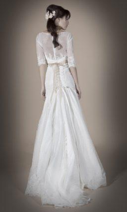 Закрытое свадебное платье с ажурной спинкой и атласным поясом с бисерным декором.