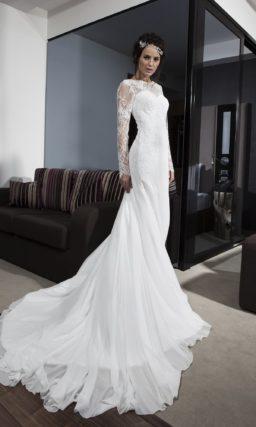 Свадебное платье «рыбка» с длинным ажурным шлейфом и V-образным вырезом на спине.