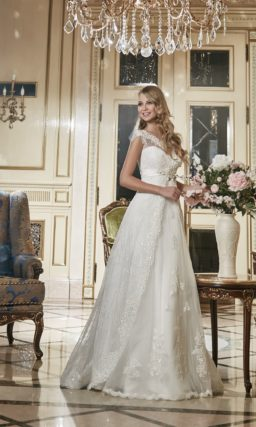 Свадебное платье с кружевной верхней юбкой и изящными широкими бретелями.