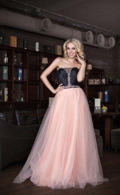 Контрастное вечернее платье с многослойной юбкой и атласным черным корсетом.