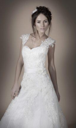 Кружевное свадебное платье с юбкой силуэта «принцесса» и широкими бретелями.