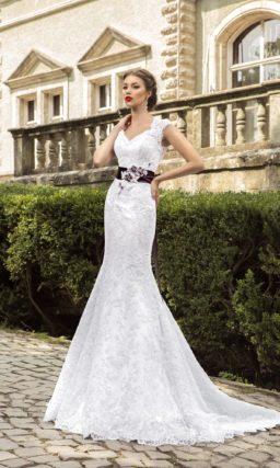 Кружевное свадебное платье силуэта «рыбка» с широкими бретелями и контрастным поясом.