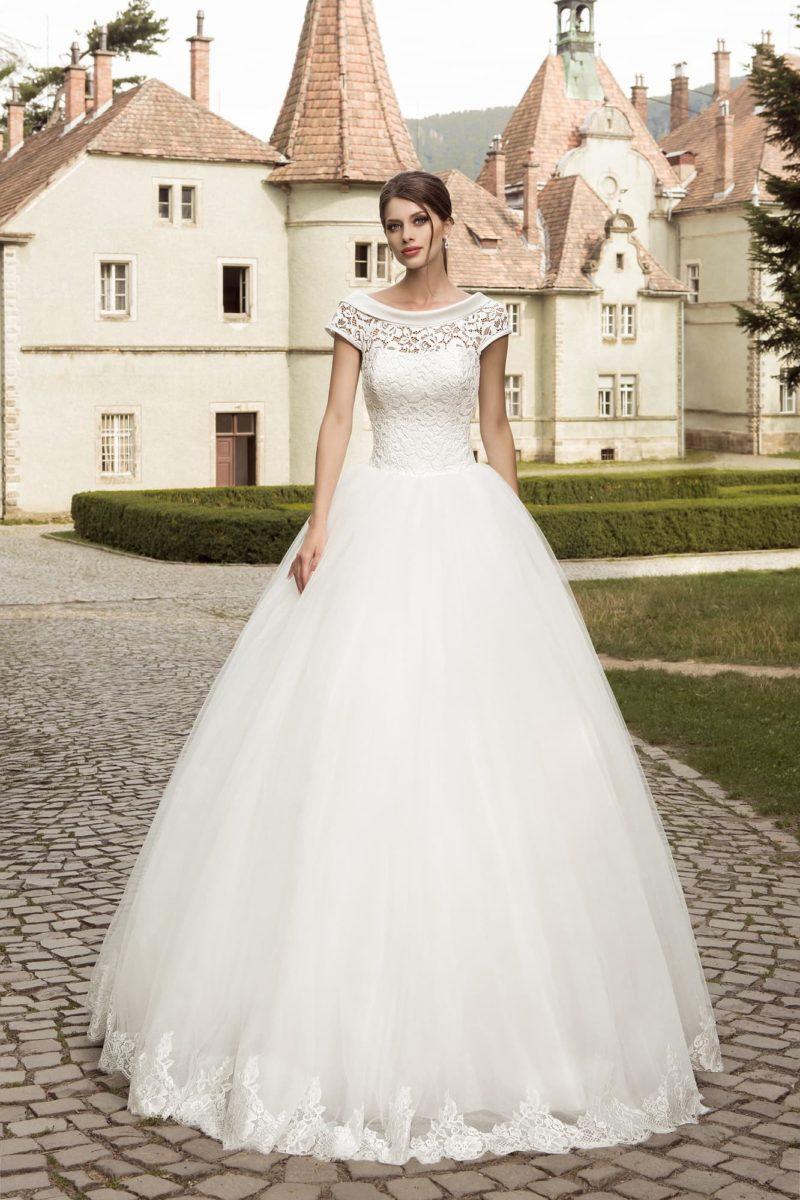 Пышное свадебное платье с кружевной отделкой и округлым вырезом с атласным воротником.
