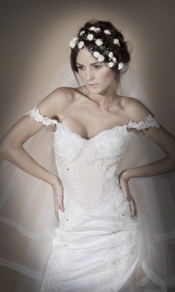 Роскошное свадебное платье силуэта «рыбка» с фигурными бретелями на плечах.