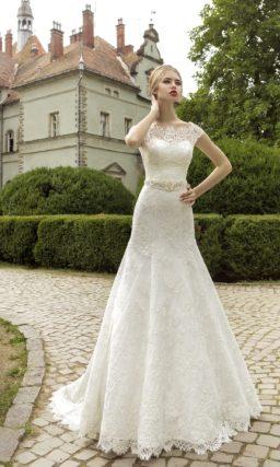 Свадебное платье силуэта «рыбка» со шлейфом и широким поясом, украшенным бисерной вышивкой.