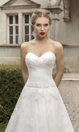 Открытое свадебное платье силуэта «принцесса» с романтичными драпировками на корсете.