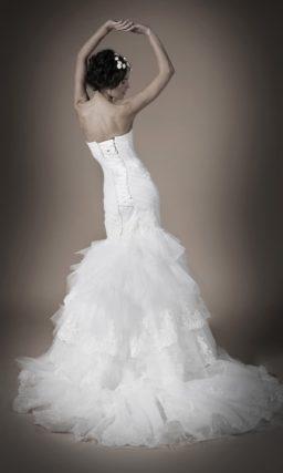 Свадебное платье «рыбка» с многослойной кружевной юбкой и открытым корсетом.