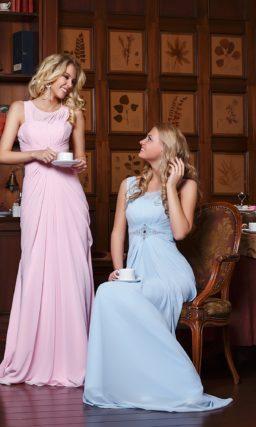 Прямое вечернее платье с необычным кроем лифа, украшенное драпировками и вышивкой.