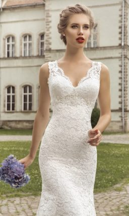 Кружевное свадебное платье силуэта «рыбка» с длинным шлейфом и V-образным вырезом.