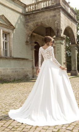 Прямое свадебное платье с изящной юбкой и кружевным лифом с длинным рукавом.