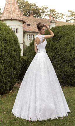 Пышное свадебное платье с широкими бретелями и вырезом «замочная скважина» на спинке.
