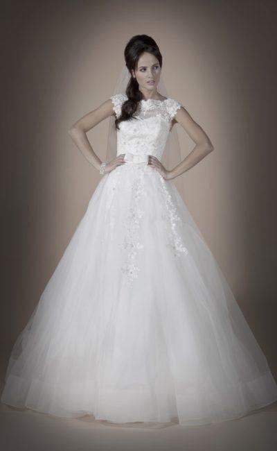 Свадебное платье силуэта «принцесса» с ажурным закрытым лифом и широким атласным поясом.