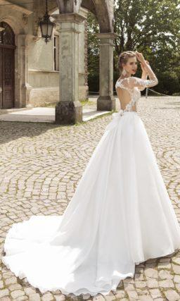 Свадебное платье силуэта «принцесса» с полупрозрачным верхом, покрытым кружевом.