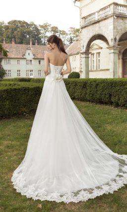 Открытое свадебное платье А-силуэта с кружевом на лифе и широким поясом с драпировками.