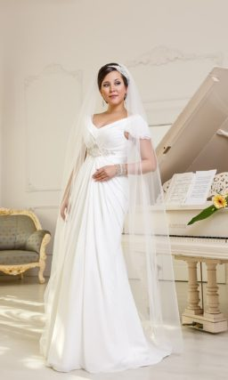 Прямое свадебное платье для полной невесты. Платье с глубоким V-образным вырезом и отделкой из драпировок.