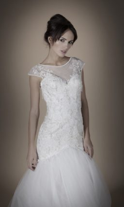 Свадебное платье с пышной юбкой силуэта «рыбка» и объемной отделкой верха.