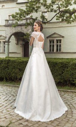 Кружевное свадебное платье силуэта «принцесса» с короткими рукавами и узким поясом.
